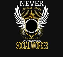 NEVER UNDERESTIMATE THE POWER OF A WOMAN WHO SOCIAL WORKER T-Shirt