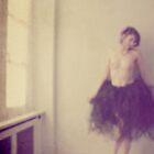 elle danse sur les murs qu'elle peint de ses murmures by MaSorciere