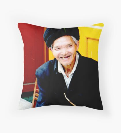 Toothless grin Throw Pillow