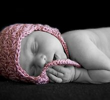 Newborn with pink hat by ruitje