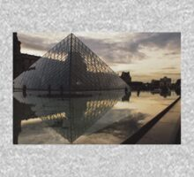 Paris - Louvre Pyramid Reflecting in the Fountain's Pool Kids Clothes