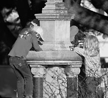 Kids at fountain by Andy Bulka