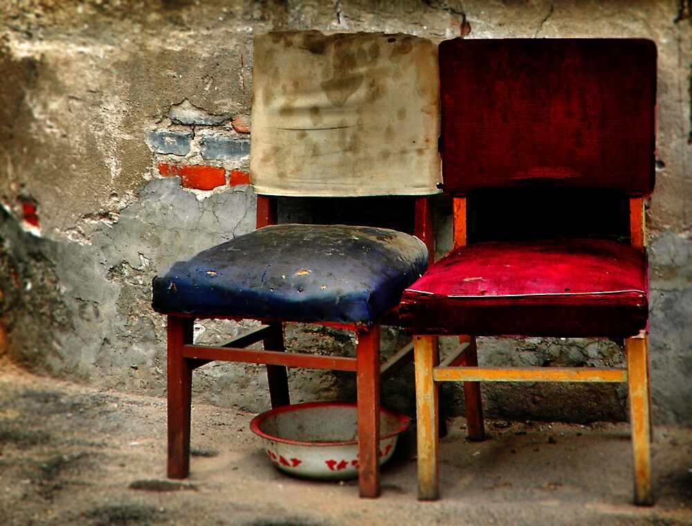 兩把椅子和一個碗  by Gilad