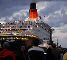 QE2 Docks in Melbourne Australia for last time by Peter  Downing