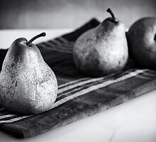 pears in black and white by saaton