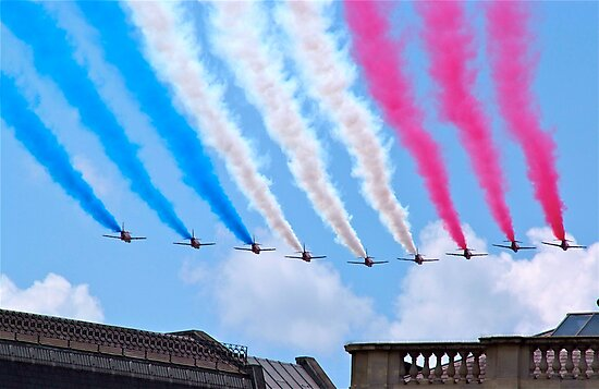 Red Arrows flying over London by dhphotography