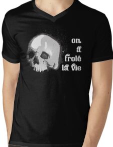 On a frolé la vie Mens V-Neck T-Shirt