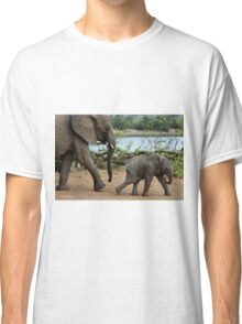 I CAN'T WALK FASTER ! - THE AFRICAN ELEPHANT – Loxodonta Africana Classic T-Shirt