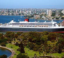 Queen Mary 2 at Garden Island by john-hawkless