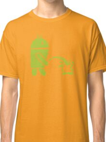 Android peeing apple Classic T-Shirt