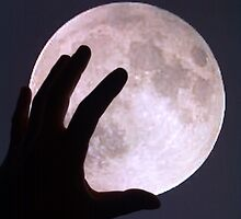 moon in hand by ilbeppe