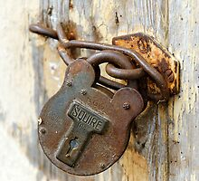 Rusting padlock & flaking paint by buttonpresser