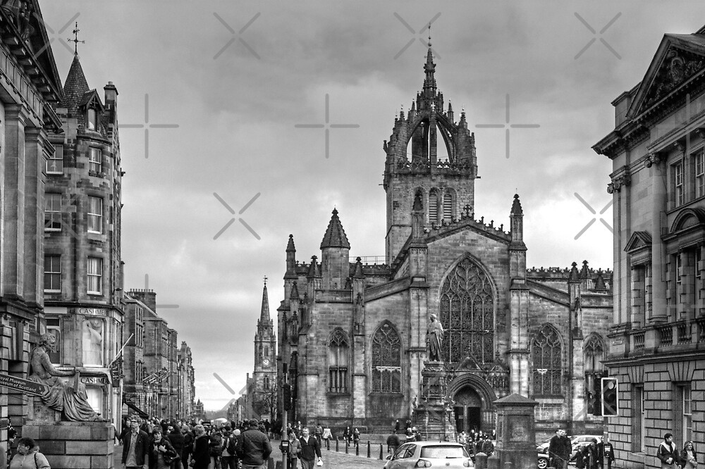 Looking down the High Street - B&W by Tom Gomez