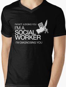 I'M NOT JUDGING YOU I'M A SOCIAL WORKER I'M DIAGNOSING YOU Mens V-Neck T-Shirt
