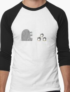 Elephants & Penguins love bubbles. Men's Baseball ¾ T-Shirt