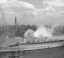 RMS Queen Mary Arriving In New York Harbor by warishellstore