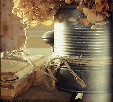 fleurs séchées et pages jaunies by linda vachon