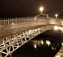 Ha' Penny Bridge at night - Dublin by sergio martin