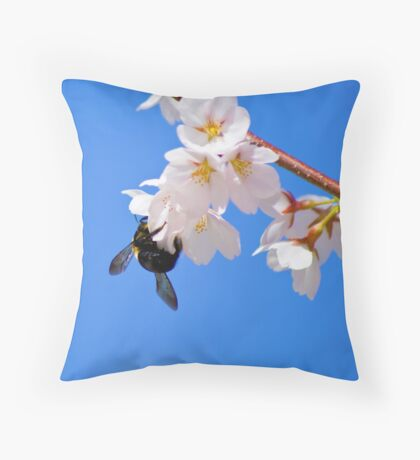 A bee in the sky Throw Pillow