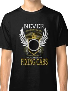 NEVER UNDERESTIMATE THE POWER OF A WOMAN WHO FIXING CARS Classic T-Shirt
