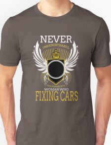 NEVER UNDERESTIMATE THE POWER OF A WOMAN WHO FIXING CARS Unisex T-Shirt