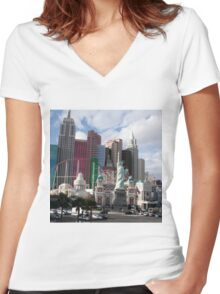 statue of liberty in city Women's Fitted V-Neck T-Shirt