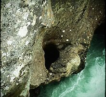 A hole in the rock by Sinober