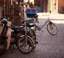 Motorcycle near the Djemaa el Fna place by ploux