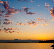 Sunset over the Cascades by aarthir