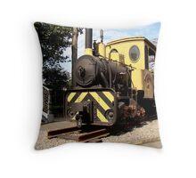 Lá vem o Trem... Throw Pillow