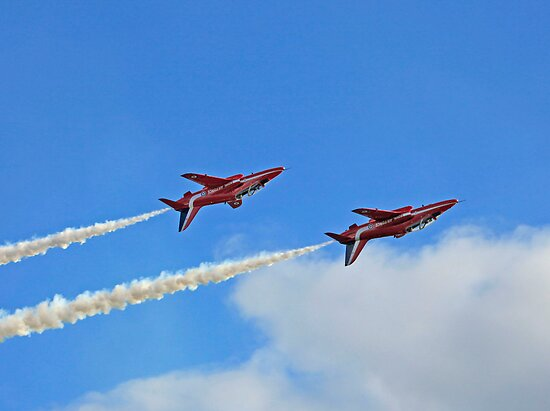 The Red Arrows by Len  Pinner