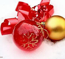Red  and gold ball in snow by pogomcl