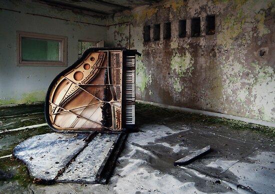 Dead Piano by SPERRZONE