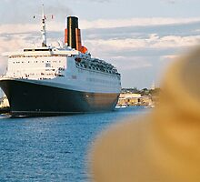 The QE2 leaves Fremantle harbour/A by James  Kerr