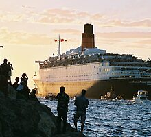 The QE2 leaves Fremantle harbour/B by James  Kerr