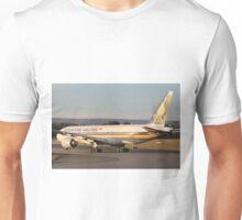 9V-SRM Singapore Airlines Boeing B777 Unisex T-Shirt