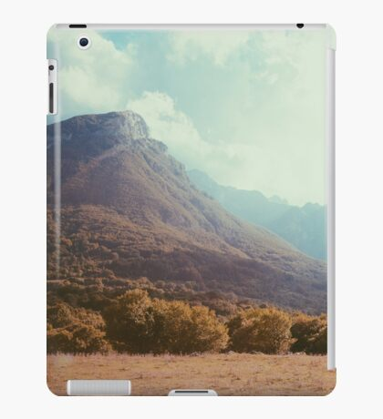 Mountains in the background V iPad Case/Skin