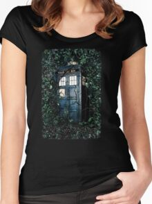 Police Box in The Garden Hoodie / T-shirt Women's Fitted Scoop T-Shirt