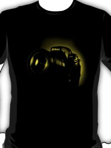 I Shoot with my nikon (Halftone style) T-Shirt