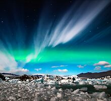 Northernlights at Jökulsárlón. by RonniHauks