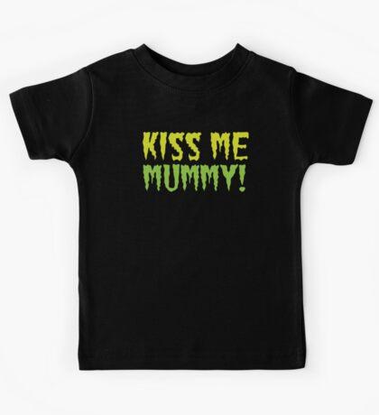 KISS ME MUMMY! funny Halloween kissing mum design Kids Tee