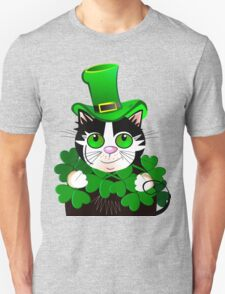 Green eyed St. Patrick's Day cat with clovers T-Shirt