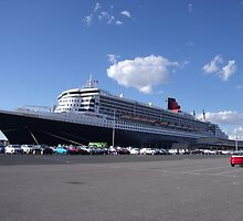 Queen Mary 2 in Fremantle by Margaret Pritchard