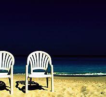 dos sillas blancas enmedio del mar by inesvarela