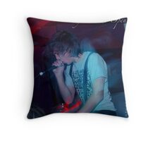 screaming his heart out Throw Pillow
