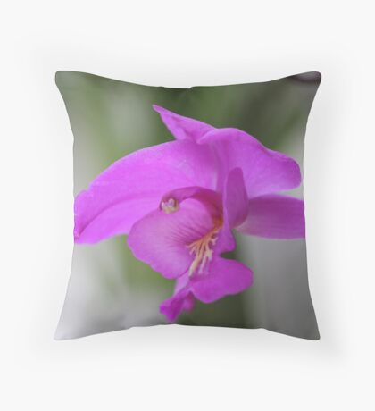 garden flight Throw Pillow