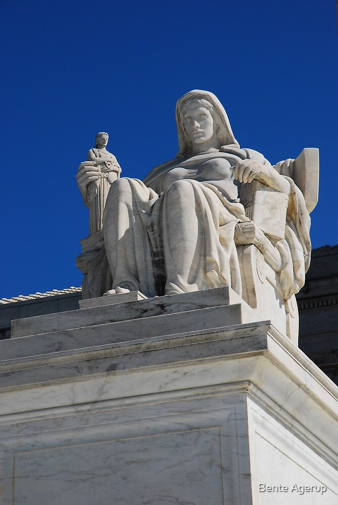 Statue at the Supreme Court in Warshington by julie08