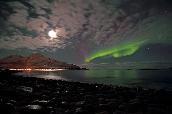 Aurora Borealis and the rocks by Frank Olsen