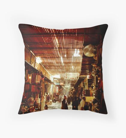 Me regardez-vous? Throw Pillow