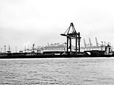 Hamburg harbour by heinrich